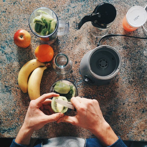 foodiesfeed-com_making-healthy-smoothie